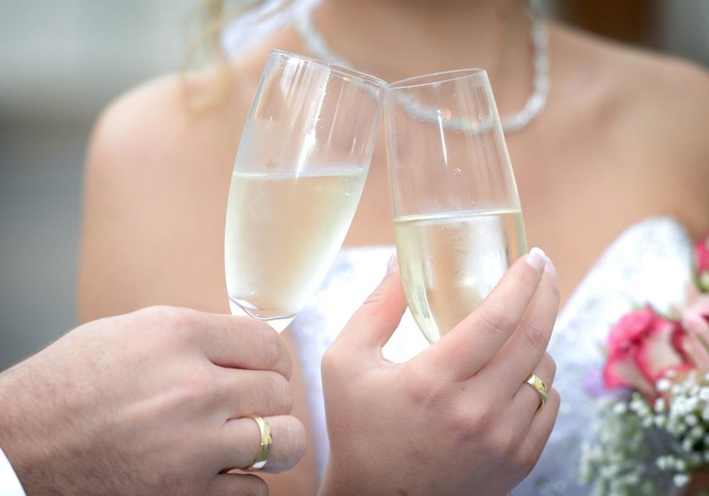 Brautpaar beim Anstoßen Sektempfang Hochzeit foto: bildschoenes