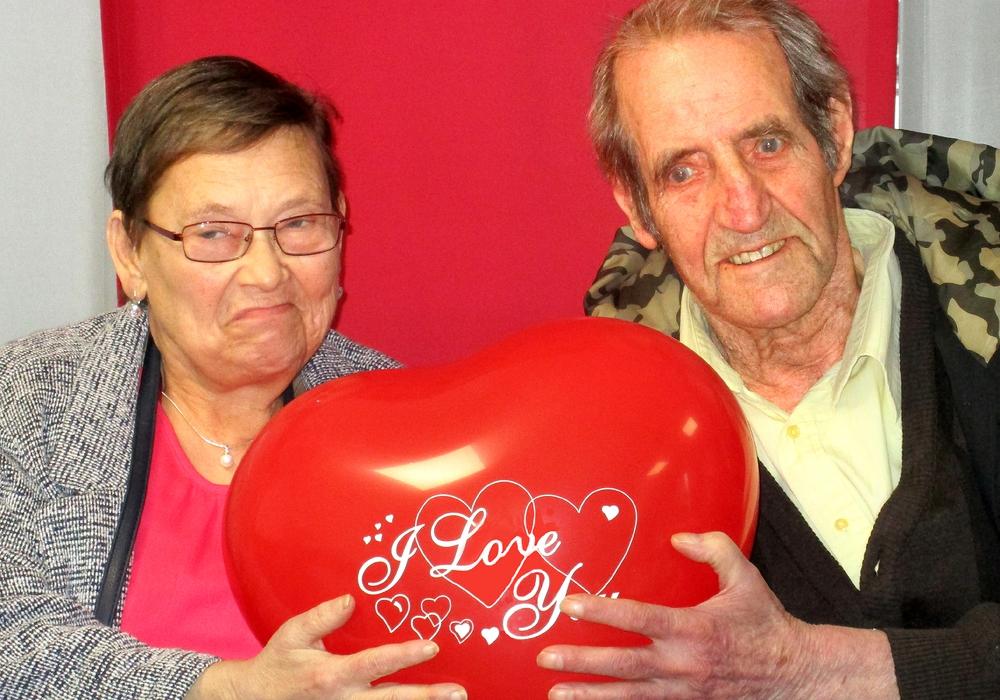 Verliebt und verlobt im Seniorenheim: Regina Ilona Fleischmann und Günter Köchy. Foto: DRK Peine