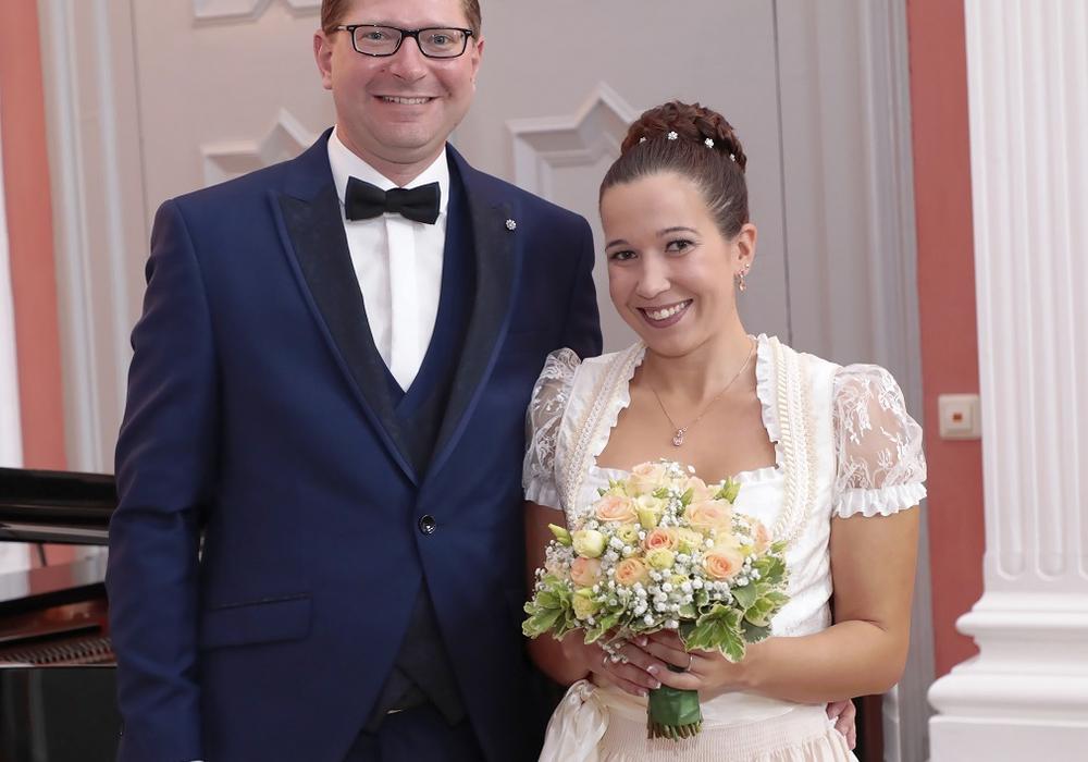 Nadine und Marco Kelb (Bürgermeister der Gemeinde Sickte) nach ihrer standesamtlichen Trauung im Rittersaal des Sickter Herrenhauses
