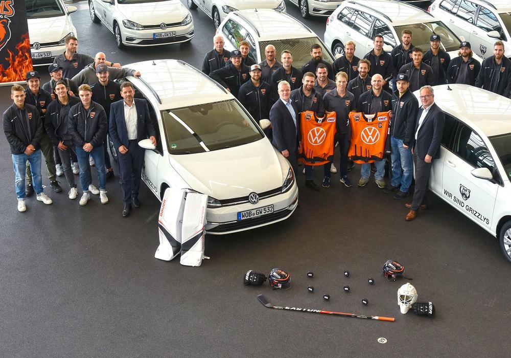 30 Volkswagen für die Grizzlys: Eishockey-Mannschaft freut sich über neue Dienstfahrzeuge. Foto: Lars Landmann