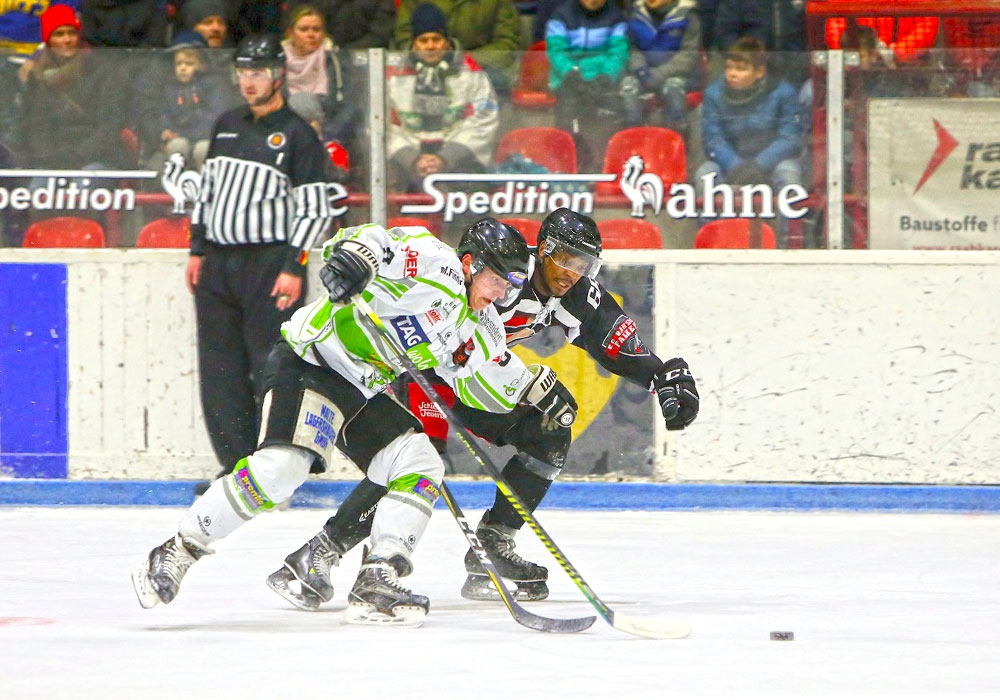 Thomas Herklotz von den Icefighters (li.) gegen Nathan Robinson (Harzer Falken).