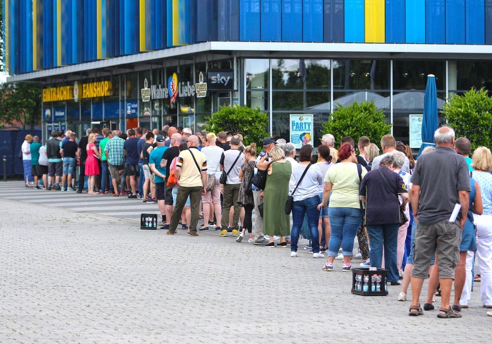 Lange Schlange vor dem Stadion-Fanshop. Foto: Frank Vollmer