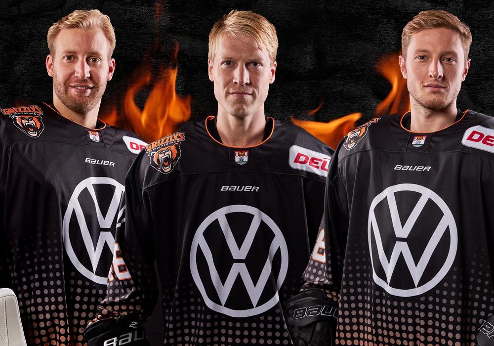 Felix Brückmann, Mathis Olimb, Anthony Rech (von links nach rechts) in den Jerseys. Foto: Grizzlys Wolfsburg