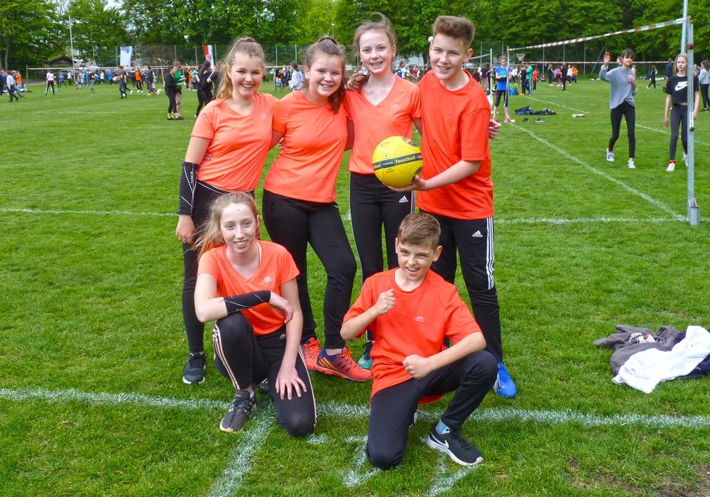 Die Henriette-Breymann-Gesamtschule war mit Schülerinnen und Schülern der Klasse 7.4 beim Schulfaustballturnier dabei. Foto: Betker