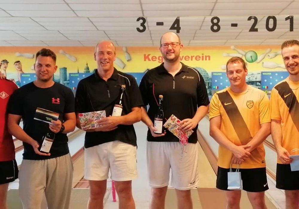 Die drei erstplatzierten Paarungen (v.l.n.r.):Ralf Schmidt/Stefan Groß (2.), Sieger Stephan Meine/Thomas Janitschke und Sebastian Schmidt/Jochen Härtel (3.). Foto: Plagge