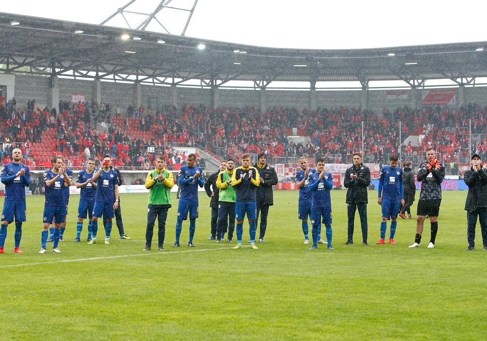 Braunschweigs Spieler bedanken sich bei ihren Fans, enttäuscht, schaut enttäuscht, niedergeschlagen, disappointed Hallescher FC vs Eintracht Braunschweig (DFL/DFB REGULATIONS PROHIBIT ANY USE OF PHOTOGRAPHS as IMAGE SEQUENCES and/or QUASI-VIDEO) Foto: Taeger/Eibner-Pressefoto