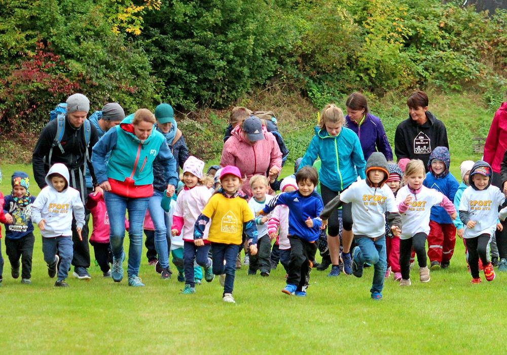 Neu war der Kita-Lauf rund um den Sportplatz.Fotos: Bernd-Uwe Meyer