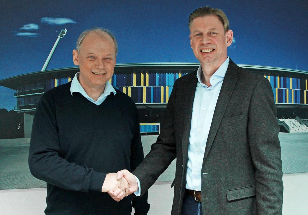 Aus nach nur drei Monaten. Geschäftsführer Olaf Podschadli (re. mit Sebastian Ebel) geht. Foto: Eintracht Braunschweig/Archiv