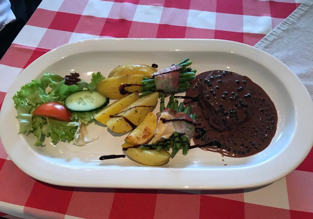 Roastbeef mit Rotwein-Pfeffersoße im Menü für 9,50 Euro? Unmöglich? Nicht in der Flora-Klause in Lebenstedt. Fotos: Marc Angerstein