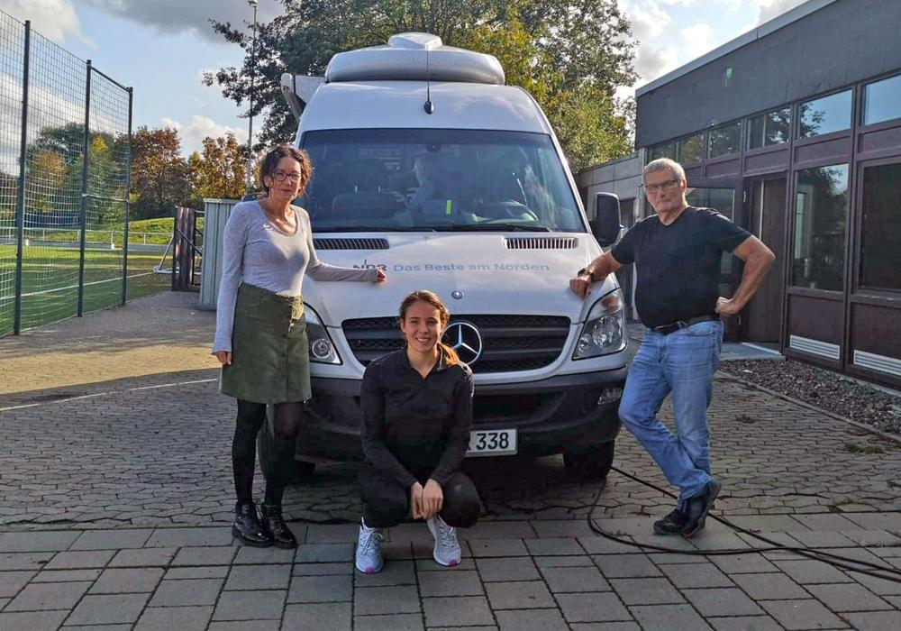 Heimtrainer Klaus Schmidt mit Kerstin und Henriette Heinichen vor dem Ü-Wagen. Foto: privat