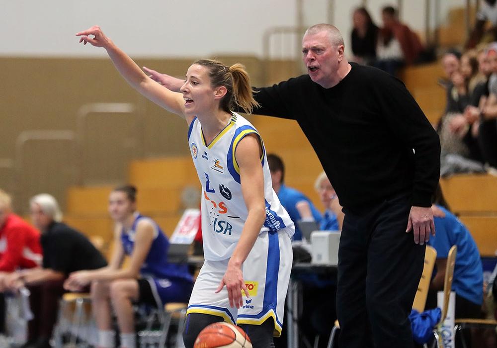 Eva Rupnik sucht eine Anspielstation. Coach Peter Kortmann konnte mit der Leistung gegen Freiburg nicht zufrieden sein. Foto: Agentur Hübner/Archiv
