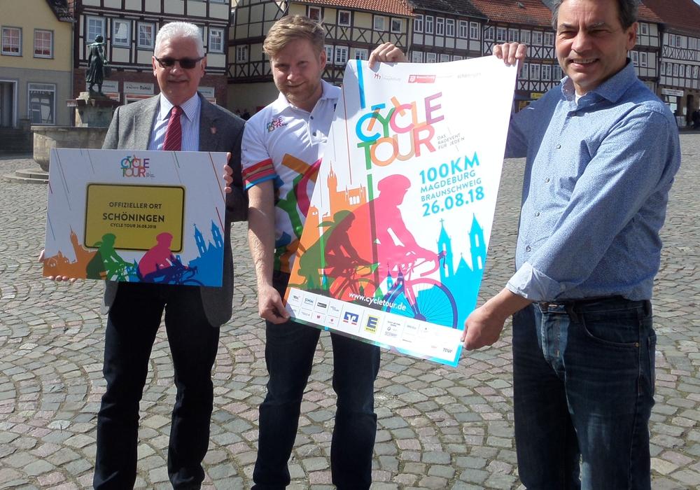 """Partner 2018 sind die Stadt Schöningen und das paläon. Veranstalter Martin Hummelt überreichte nun das offizielle Label """"Cycle Tour-Ort"""" an Bürgermeister Henry Bäsecke und Thomas Neubert. Foto: Anke Grundmann"""