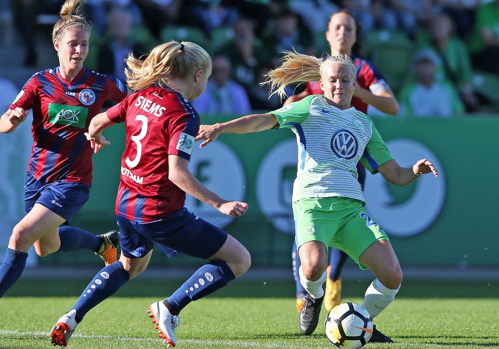 Topspiel im Pokal: Pernille Harder umringt von drei Potsdamerinnen. Foto: Agentur Hübner/Archiv
