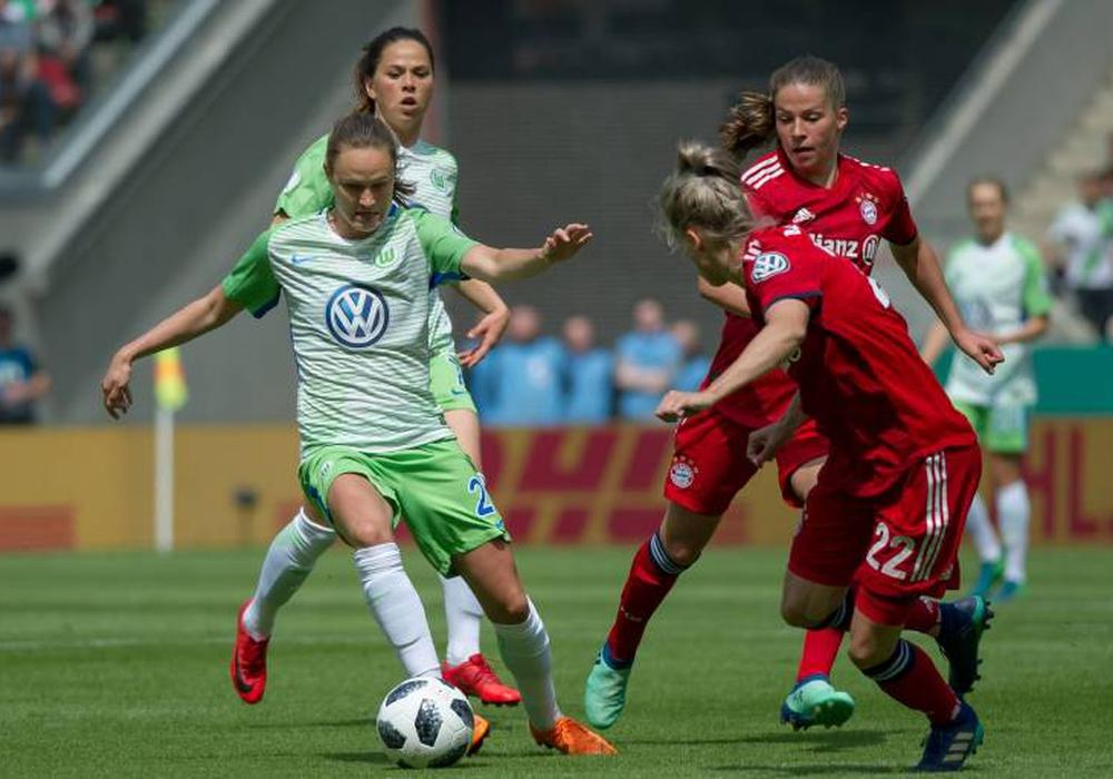 Gegen stark verteidigende Münchenerinnen setzte sich der VfL durch den Treffer von Caroline Hansen (li.) am Ende im Elfmeterschießen durch. Foto: imago/foto2press