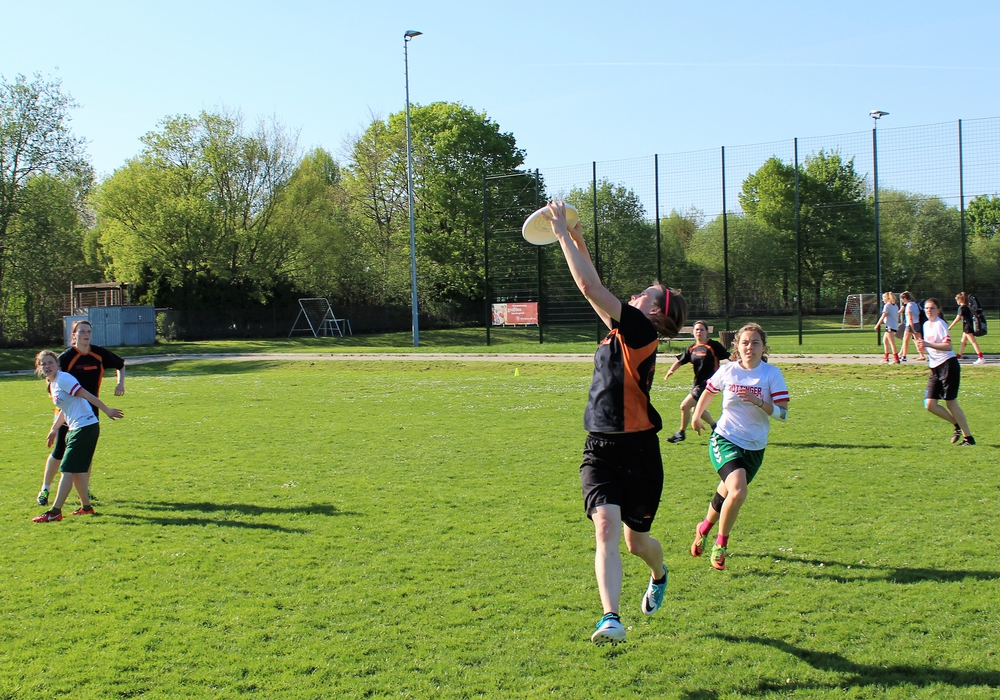 Anneke Döring vom MTV fängt den Frisbee im Spiel um Platz drei. Foto: MTV Braunschweig