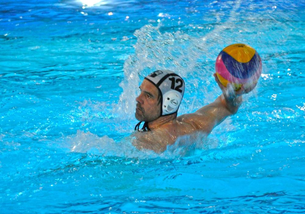 Detlev Unger zieht ab. Am Ende wurde es ein erfolgreicher Saisonstart für die Wasserballer des WSV. Foto: Florian Steinmann