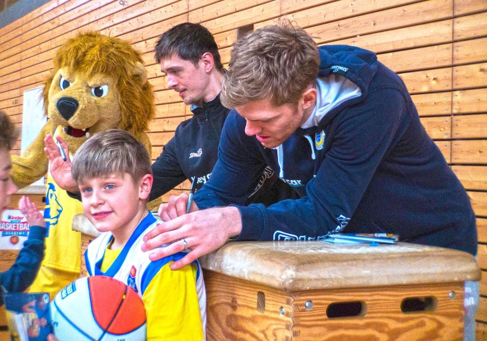 Bundesliga-Stars hautnah: Scott Eatherton und Co. schrieben eifrig Autogramme. Foto: fos Media