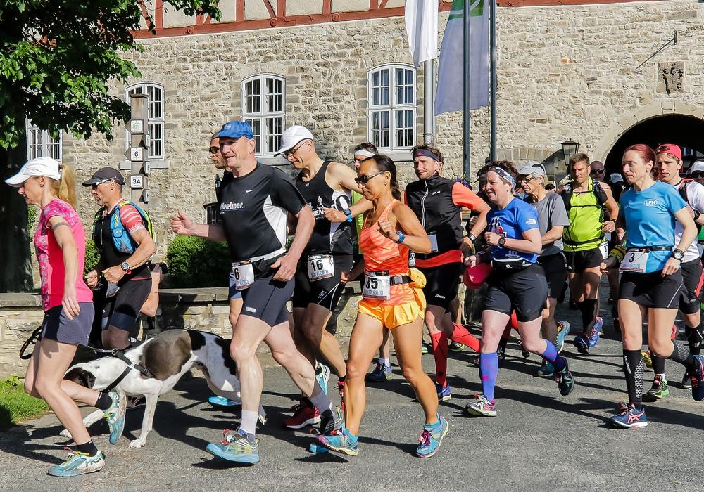 Start zum 72 Kilometer langen Elm Super Trail. Michael Richter mit Startnummer 6  und Anke Meinberg (Startnummer 35) gut gelaunt auf dem Weg. Foto: Friedrich-Wilhelm Schneider