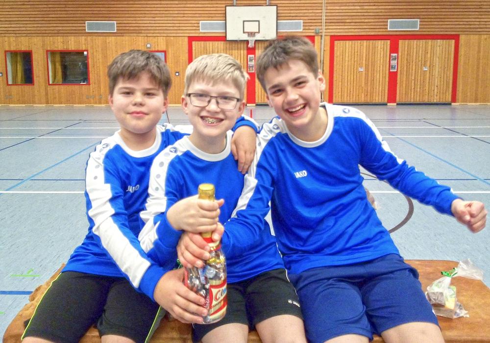 Anton Lönnig, Bjarne Oost und Corvin Pautzke (vl) freuen sich über den Bezirkspokalsieg der U12. Foto: SCE/privat