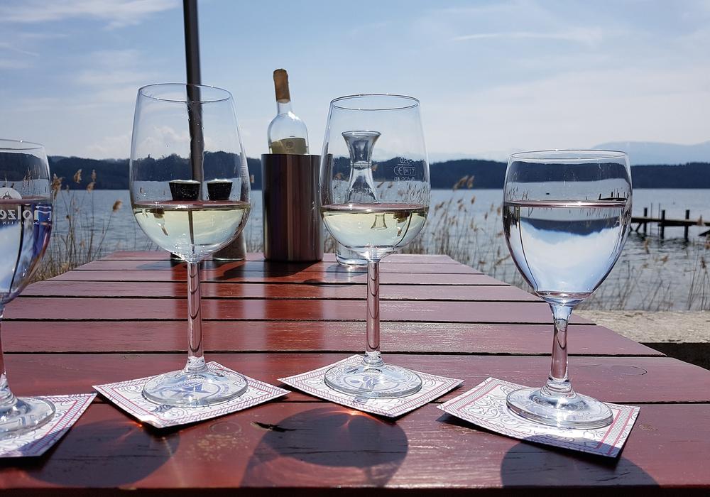 Bei den sommerlichen Temperaturen können Genießer Wasser und Wein separat oder als Schorle trinken. Aber die Mischung machts. Symbolbild: Pixabay