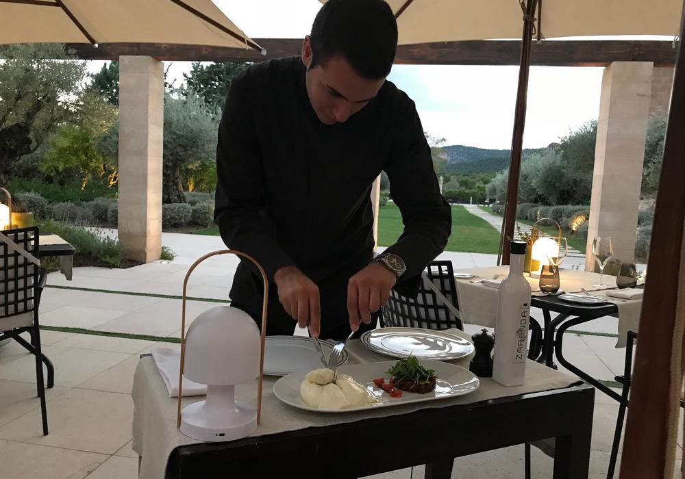 Unsere Vorspeise wurde am Tisch servierfertig gemacht. Foto: Marc Angerstein