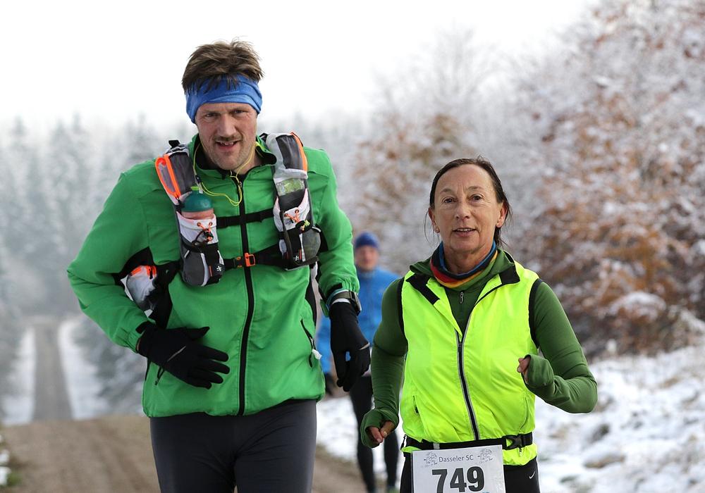 Anke Meinberg läuft an der Seite von Frank Junclaus aus Hannover durch den winterlichen Solling. Foto: FWS