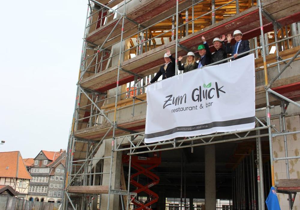 """Mit Blick auf den Schlossplatz: hier wird sich das """"Zum Glück"""" ansiedeln. Benedikt Schmidt-Waechter, Lisa und Peter Schittko, Tomasz Skopczynski (alle drei vom Zum Glück) und Bürgermeister Thomas Pink freuen sich schon auf die Eröffnung. Foto: Werner Heise"""
