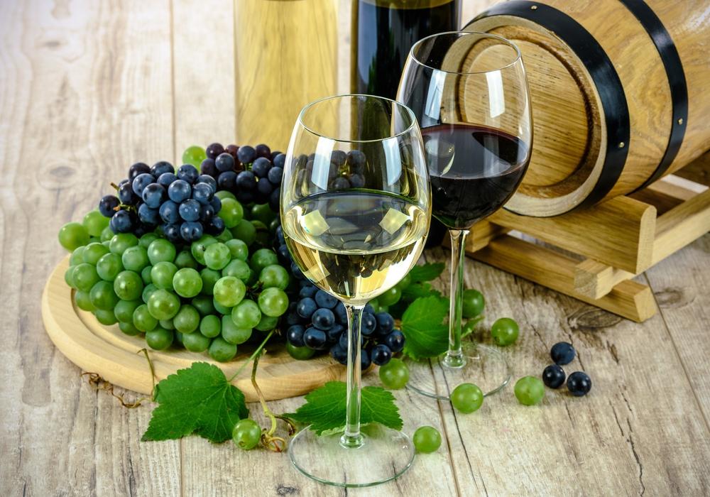 Im Sommer schmecken gekühlte Weiß-, aber auch gekühlte Rotweine. Alle Fotos: Pixabay