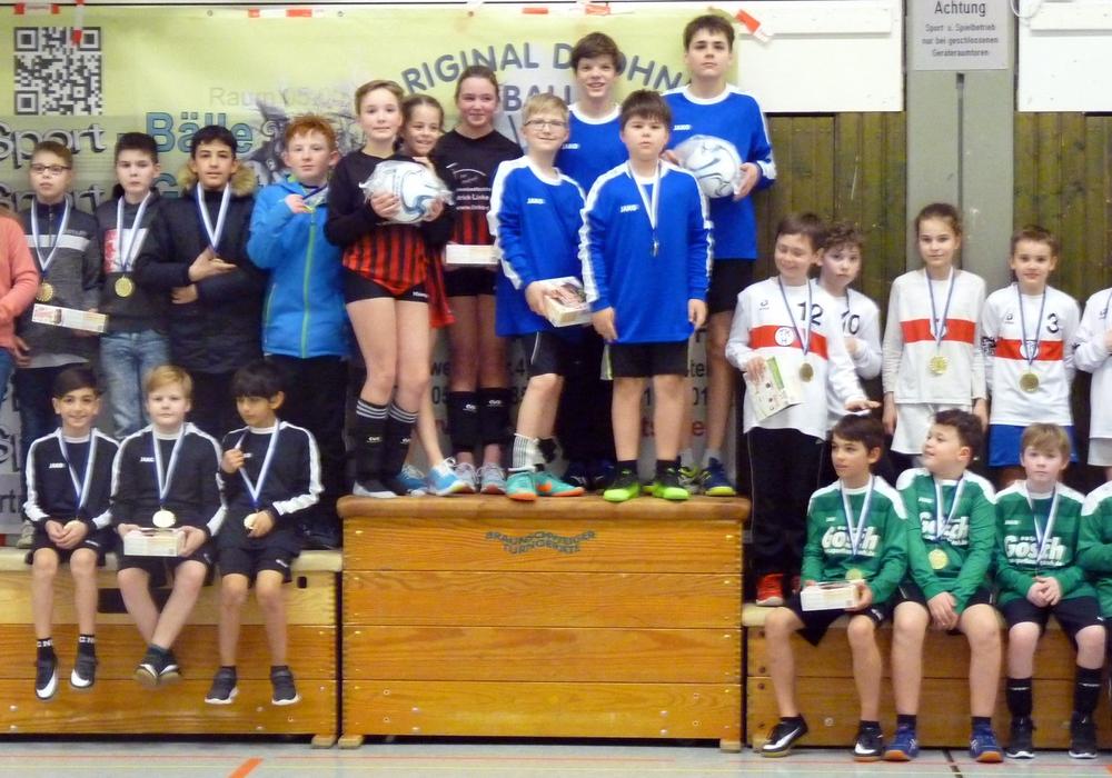 Die Mädchen des TuS Essenrode  und die Jungen des SCE Gliesmarode siegten bei den U12-Jugendfaustballern. Foto: Betker
