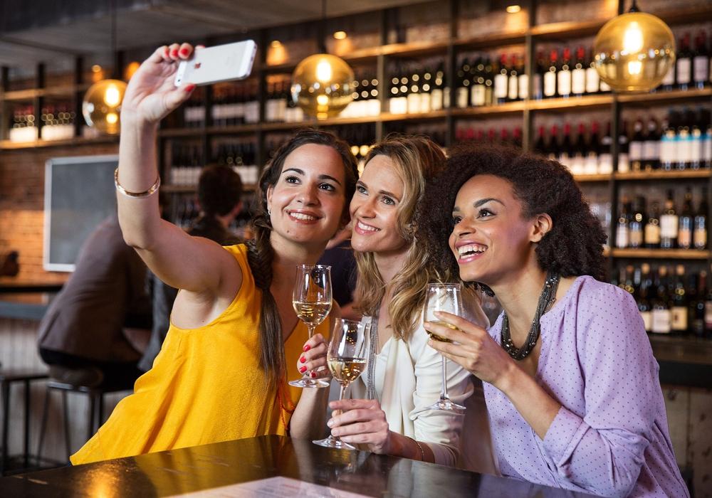 Weingenuss in der Weinbar. Foto: DWI