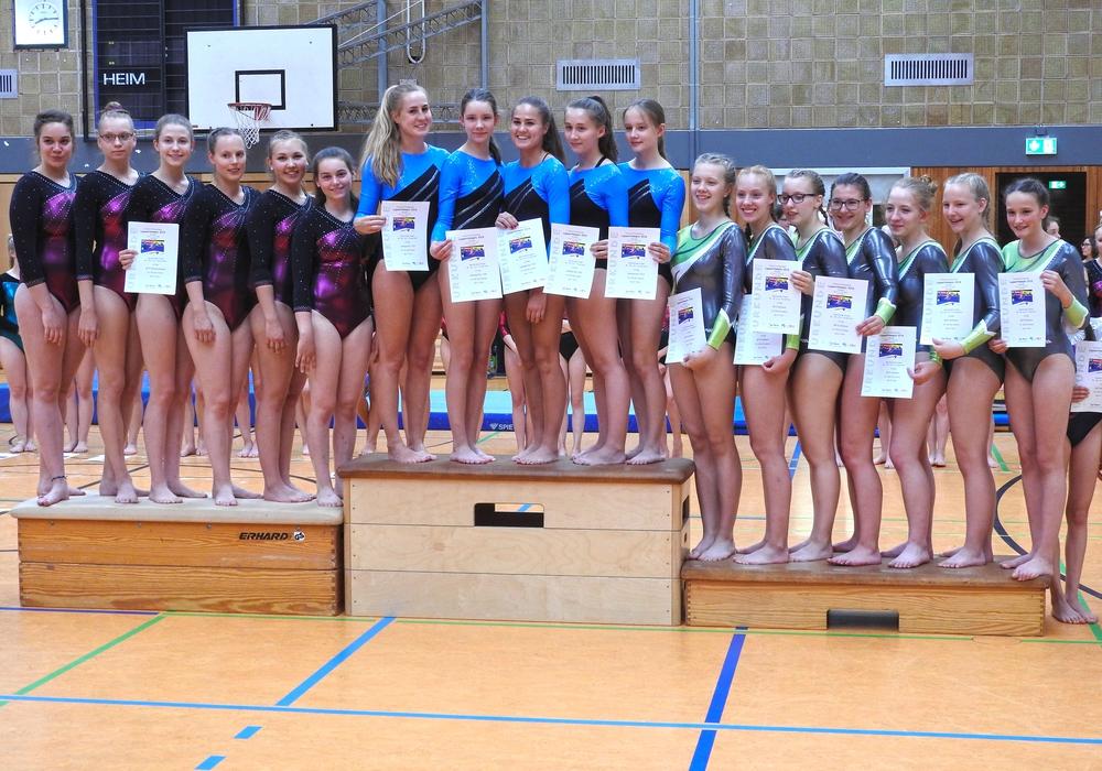 Die Turnerinnen des Lehndorfer TSV erreichten Platz 1, MTV Braunschweig (li.) landete auf dem zweiten Platz. Foto: Andreas Fuckner/NTB