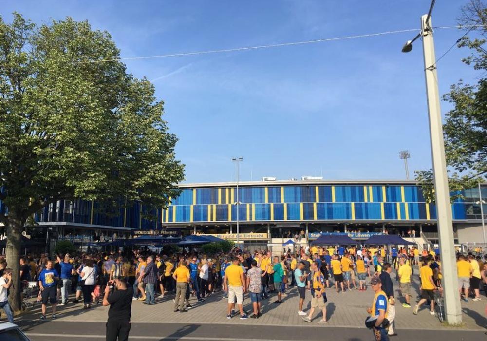 Auf dem Stadionvorplatz kam es nach einem Heimspiel der Eintracht zu einem Angriff auf einen 40-Jährigen. Archivfoto: Jens Bartels