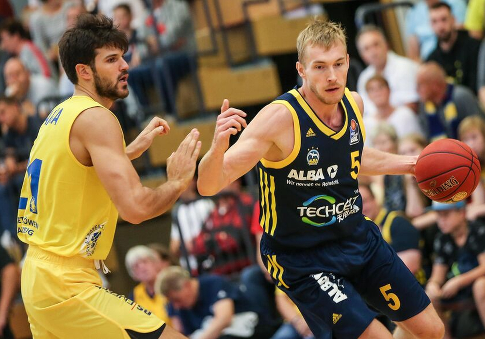 ALBAs Niels Giffey (re.) mit dem Ball gegen Aleksandar Marelja. Foto: imago/Andreas Gora