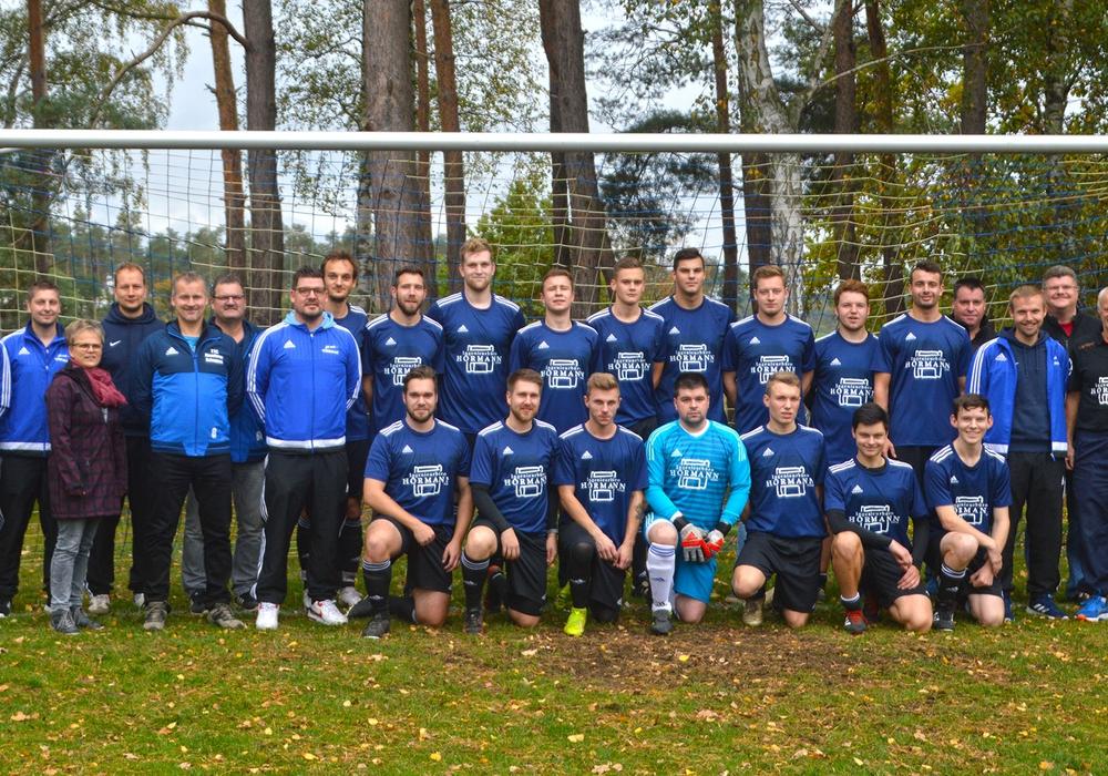 Links Vertreter des Förderkreises mit dem Vorsitzenden Carsten Gehrmann (5. v. l.), rechts Vertreter der Vereine und Detlef Hörmann (2. V. r.). Foto: privat