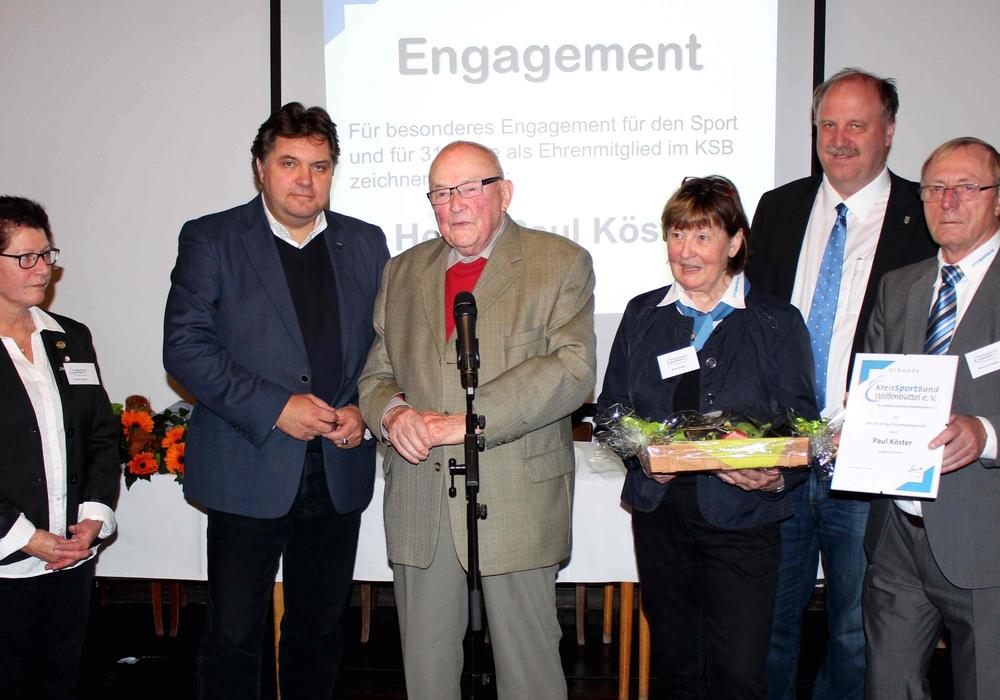 Von links: Kerstin Prediger, Uwe Schäfer, Paul Köster (98 Jahre alt, seit 31 Jahren Ehrenmitglied), Karin Schäfer, Andreas Memmert und Konrad Gramatte. Foto: Bernd-Uwe Meyer