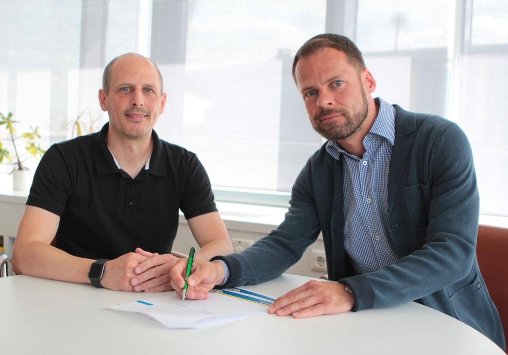 Nach längerer Anlaufzeit erfolgt nun offiziell der Neustart: Eintracht 2-Trainer Marcus Danner (li.) und Löwen-Geschäftsführer Wolfram Benz bei der Vertragsunterzeichnung. Foto: Eintracht Braunschweig