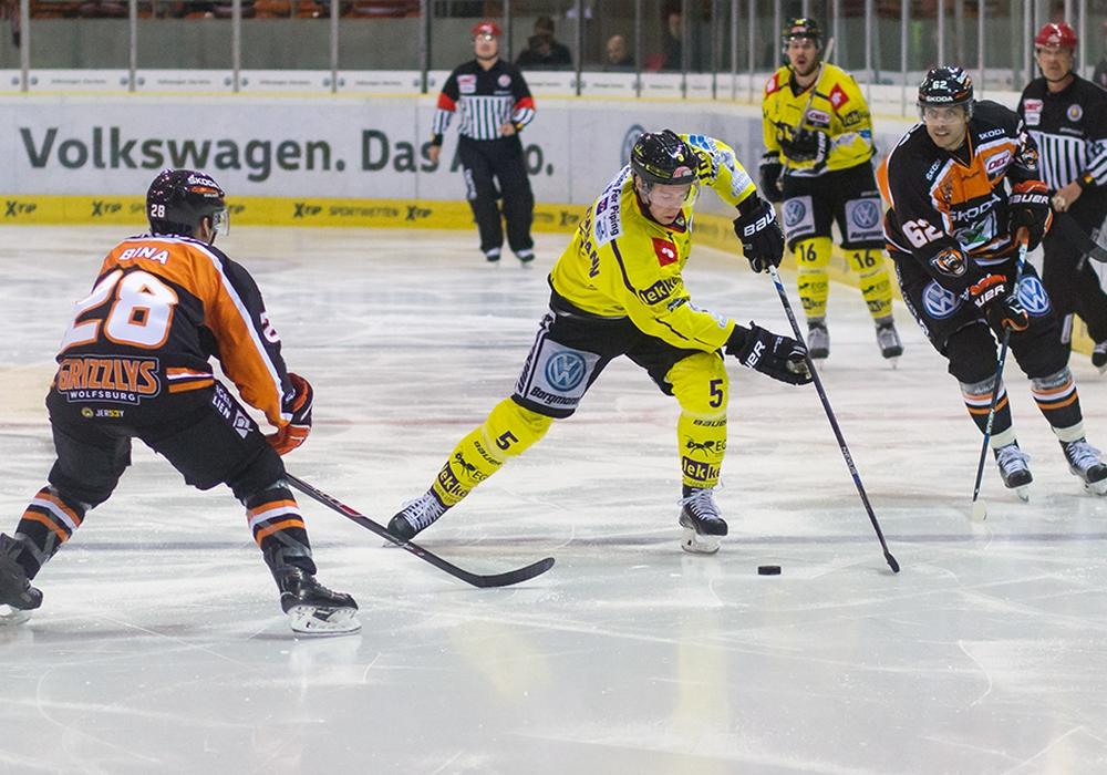 Krefelds Christian Kretschmann in der Mangel. Der Spielausgang war irgendwie egal. Foto: Brandes /PresseBlen.de/Archiv