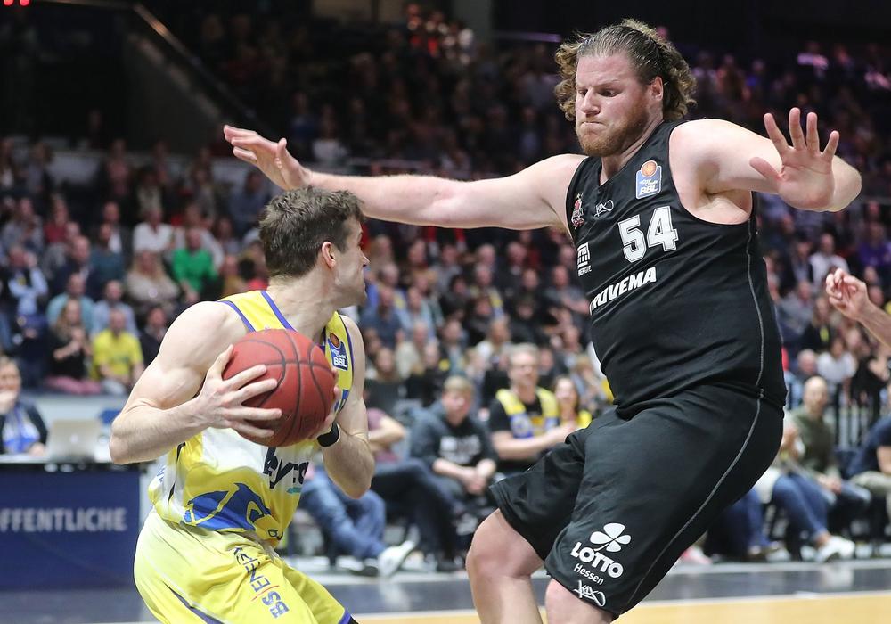 Gießens Big Man John Bryant ist eine echte Erscheinung. Hier in der vergangenen Saison gegen Braunschweigs Joe Rahon. Foto: Agentur Hübner