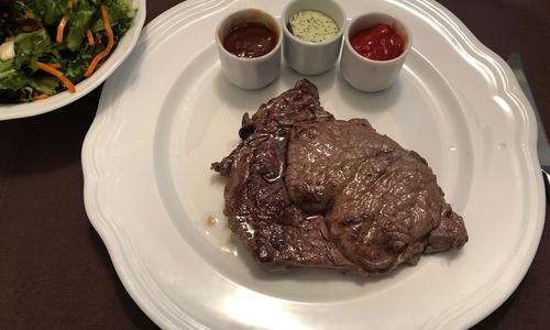 Es wird auch Cowboy-Steak, Rib-Eye-Steak oder Hohe Rippe genannt: Das Entrecôte. Richtig gebraten ist es immer ein Hochgenuss. Fotos: Marc Angerstein
