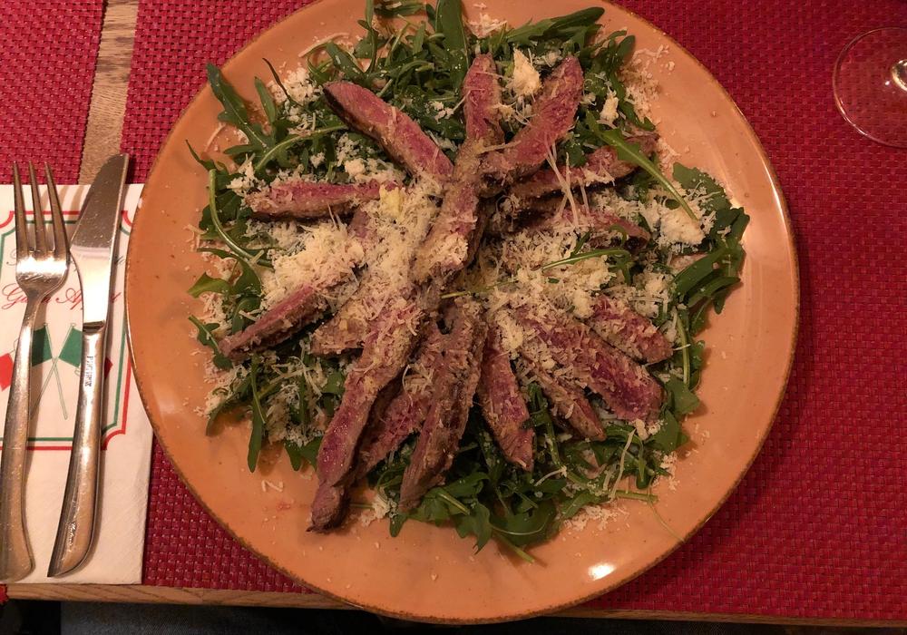 Rosa gebratenes und in Streifen geschnittenes Rumpsteak auf Rucola-Salat. Unsere Redaktion hat diese Variante in Salzgitter-Thiede entdeckt.