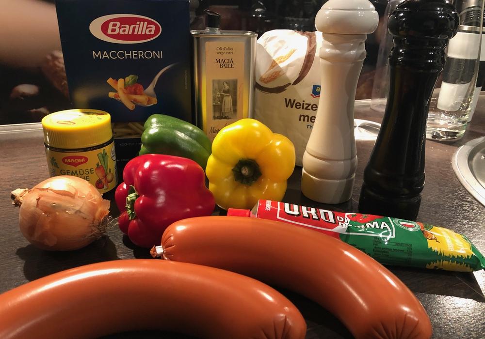 Daraus wird eine Fleischwurstpfanne mit Paprika und Maccheroni.