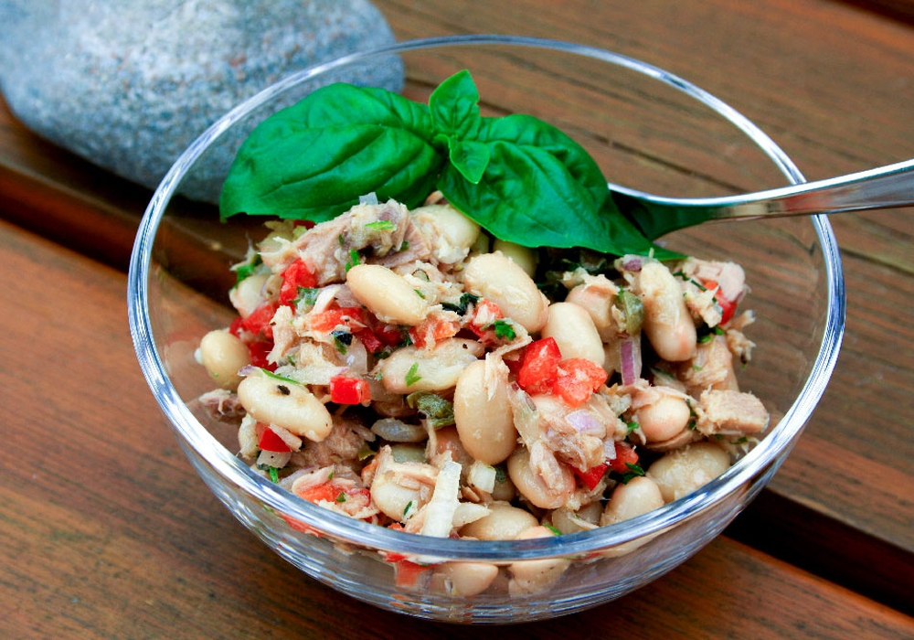 """Leicht und lecker: Aus unserer beliebten Rubrik """"Schnelle Küche"""" unser Thunfisch-Bohnen-Salat. Am leckersten mit Baguette."""
