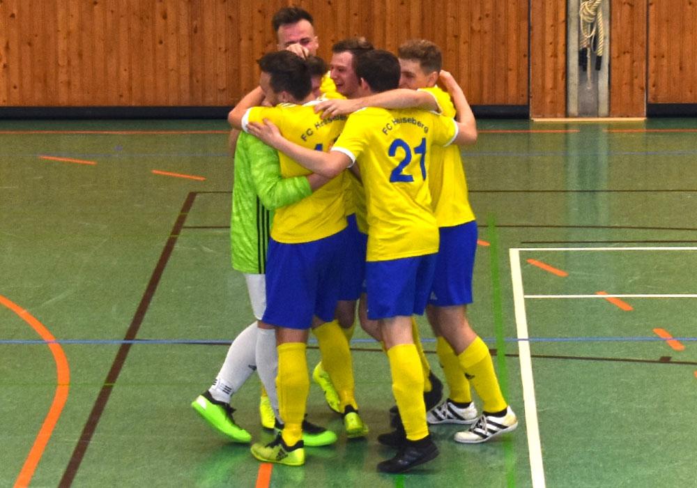 Die Turniersieger vom FC Heeseberg liegen sich nach dem entscheidenden Penaly in den Armen.