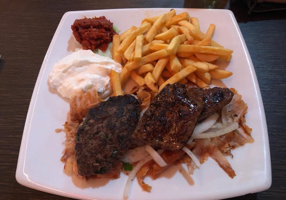 Der Dönerteller mit Köfte und Rinderleber, Salat, Zaziki und Pommes frites für 9,50 Euro. Sehr lecker, das Fleisch sehr saftig, die Pommes kross und heiß: Eine gute Empfehlung!