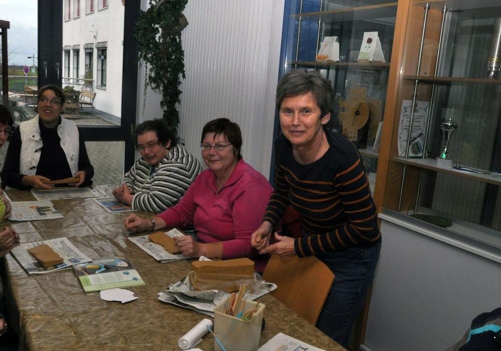 Ute Dräger (rechts) töpfert ehrenamtlich bei der Lebenshilfe mit Menschen mit Behinderungen. Foto: Lebenshilfe