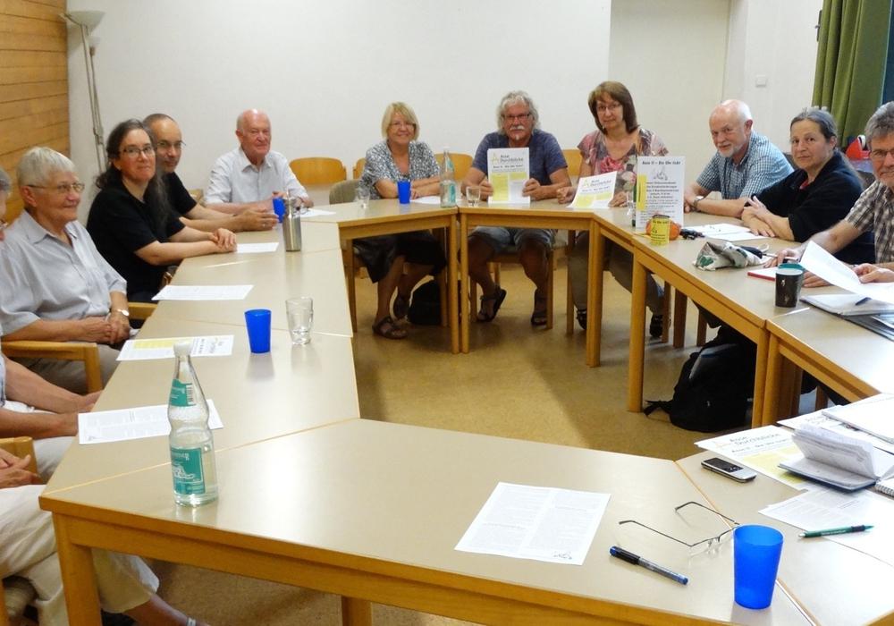 Rege Diskussion bei zweiten Diskussionsabend am 4. Juli über die Forderungen zur Rückholung des Atommülls und des Giftmülls aus der Schachtanlage Asse II. Foto: Andreas Riekeberg