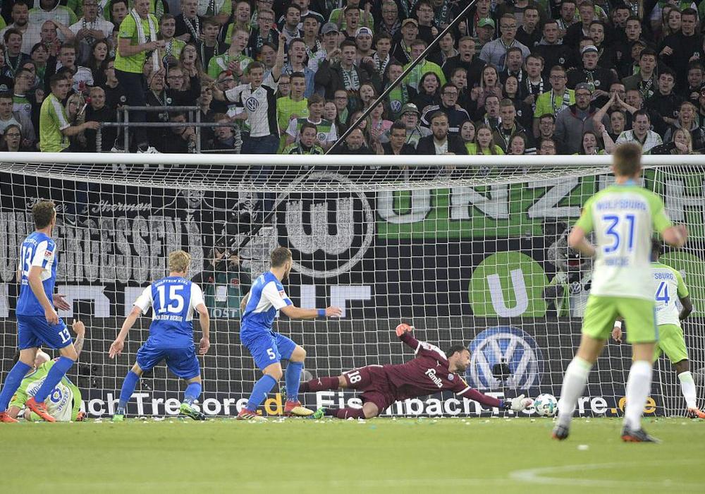 Divock Origi staubt ab zum 1:0. Am Ende gewann der VfL Wolfsburg Spiel 1 mit 3:1. Foto: imagemoove