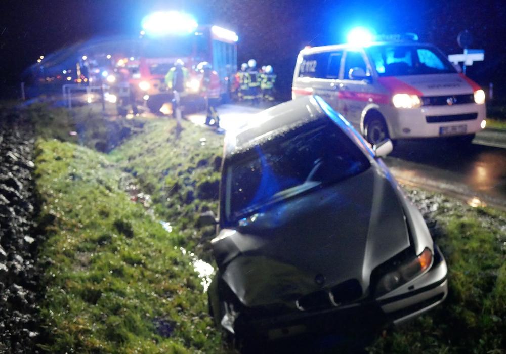 Den BMW hat es bei dem Unfall in den Graben geschleudert. Fotos: Alexander Panknin