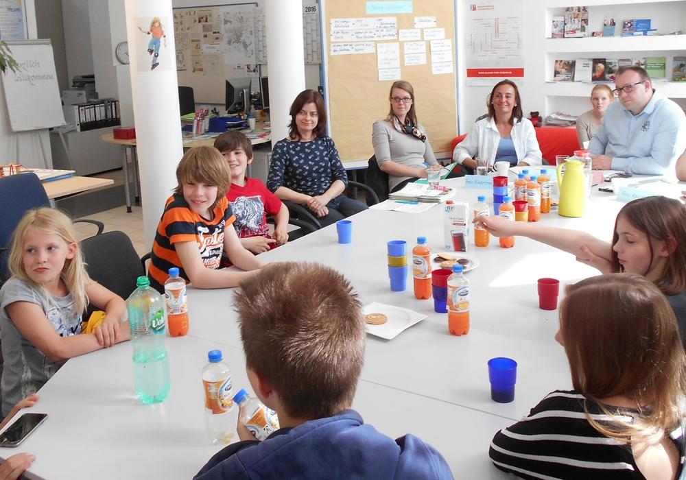 Mitglieder des Kinderbeirates diskutieren mit der Vertretern des Teams Schulverpflegung und der Schulverpflegungs GmbH über das Schulmittagessen. Foto: Stadt Wolfsburg