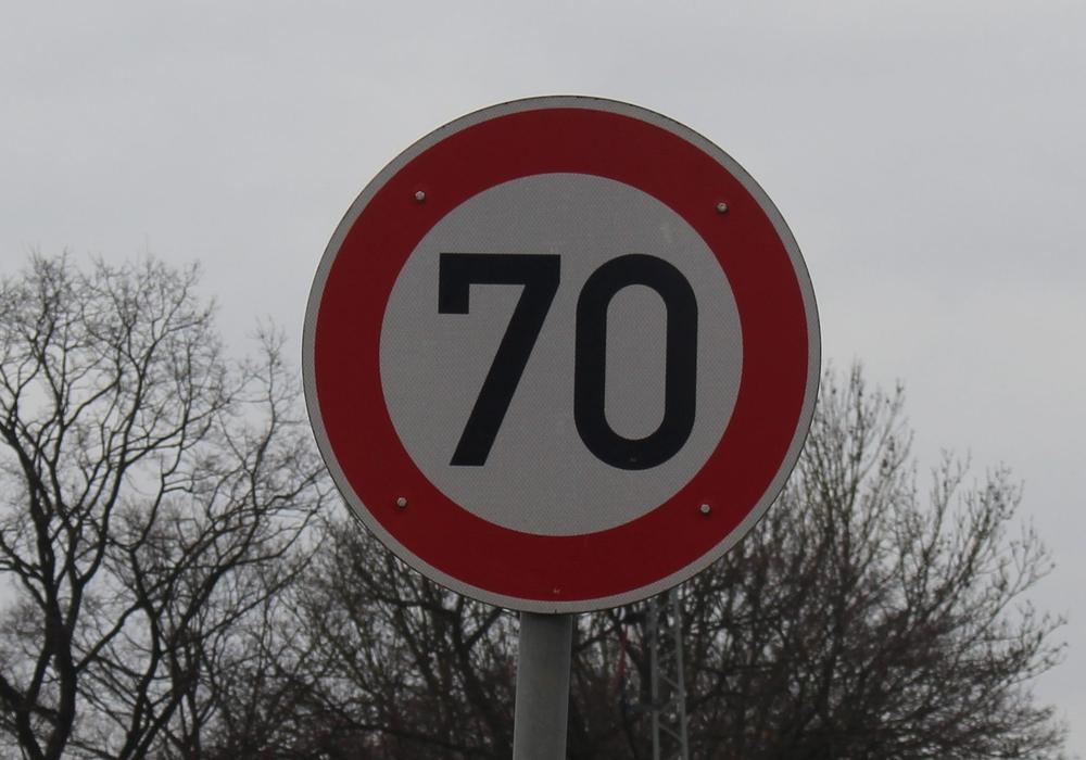 Tempo 70 soll den Abschnitt der B 248 entschärfen. Symbolbild/Foto: Eva Sorembik